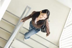 不思議すぎる! なぜ日本人女性は「内股」で歩く人が多いの? =中国報道