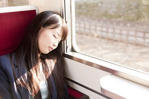 日本ではなぜ「いつでも、どこでも居眠りをしている人がいるのか」=中国メディア