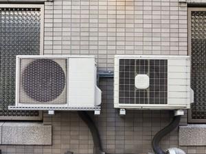 さすが日本人だ・・・エアコン室外機を壁にかけずにベランダなどに置く理由=中国
