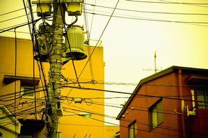 水の入ったペットボトルが並ぶ家、電線だらけの街・・・中国人が日本で感じる「なぜ」=中国
