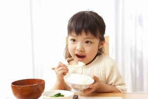 幼い子供に食事を取らせるのに苦労する中国、「日本や韓国はどうなの?」=中国メディア