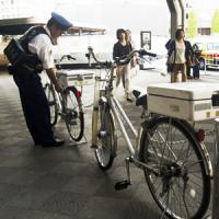 自転車でパトロールする日本の警察官・・・低姿勢だからこそ「国民からの信頼」があるんだ=中国メディア