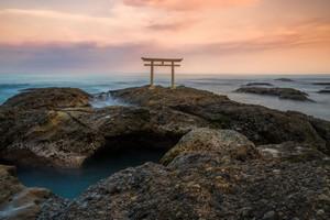 日本の秋は紅葉だけではなく、美しい海辺の夕日も見ることができる=中国メディア
