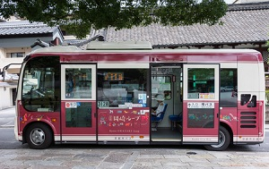 日本のバスは、停車中に車体が傾...