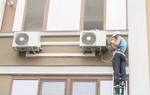 危険・・・中国のエアコン室外機が壁に「直掛け」になっている理由=中国メディア