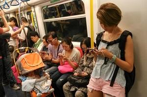 「食事中も仕事中も地下鉄でも」中国人が中毒になっているもの、それは・・・=中国メディア