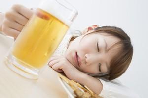 中国では酔いつぶれる人は尊敬されないのに、日本では逆に信頼されるって本当?