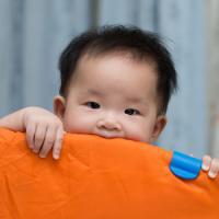 炎天下に樽で子どもを運ぶ親・・・ 6月16日の中国記事トピックス