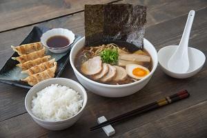 ラーメンも餃子もライスも主食なのに「日本人はなぜセットで食べるのか」=中国メディア